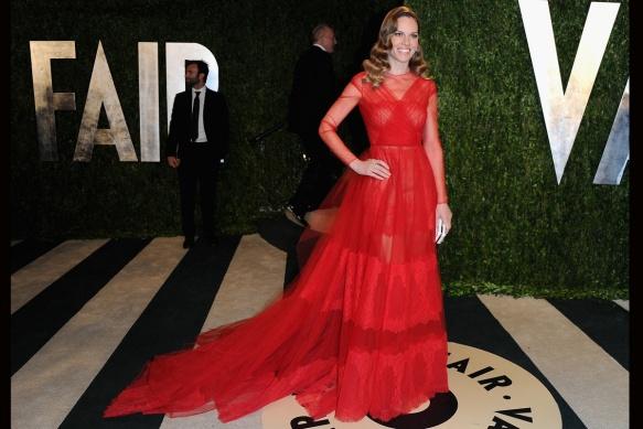 elblogdeanasuero_Fiestas Oscars 2013_Hilary Swank Valentino rojo