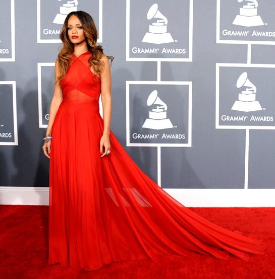 elblogdeanasuero_Grammy 2013_Rihanna Azedine Alaia rojo