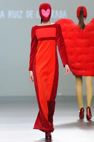 elblogdeanasuero_MBFWM Otoño-Invierno 2013_Agatha Ruiz de la Prada vestido rojo y granate