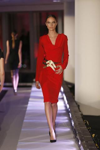 elblogdeanasuero_MBFWM Otoño-Invierno 2013_Alvarno vestido rojo