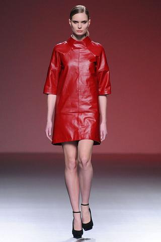 elblogdeanasuero_MBFWM Otoño-Invierno 2013_Amaya Arzuaga vestido piel rojo
