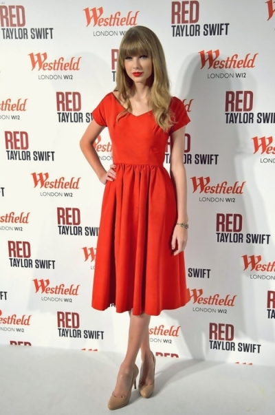 elblogdeanasuero_Taylor Swift_Vestido rojo manga corta
