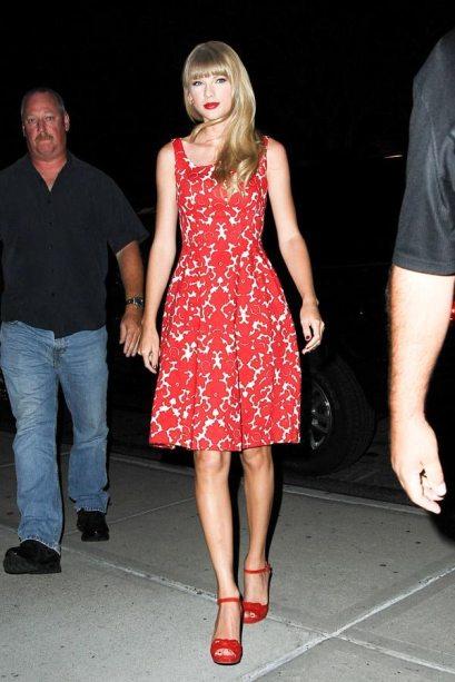 elblogdeanasuero_Taylor Swift_vestido rojo y blanco estampado