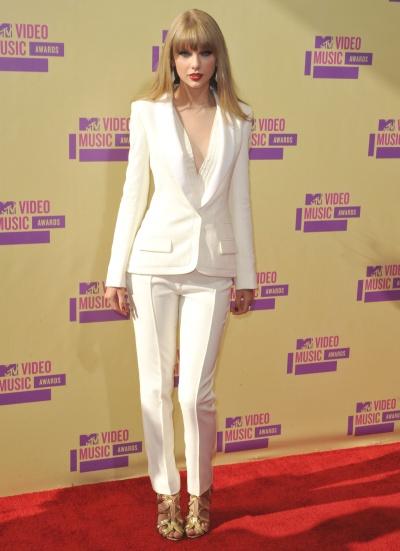 elblogdeanasuero_Taylor Swift_VMAs 2012 J Mendel Traje pantalón blanco