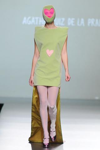 elblogdeanasuero_MBFWM Otoño-Invierno 2013_Agatha Ruiz de la Prada vestido verde caqui