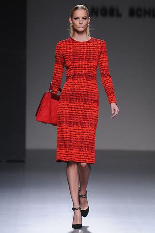 elblogdeanasuero_MBFWM Otoño-Invierno 2013_Angel Schlesser vestido rojo étnico