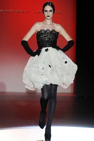 elblogdeanasuero_MBFWM Otoño-Invierno 2013_Hannibal Laguna vestido blanco y negro