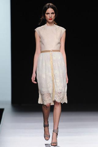 elblogdeanasuero_MBFWM Otoño-Invierno 2013_Ion Fiz vestido blanco