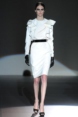 elblogdeanasuero_MBFWM Otoño-Invierno 2013_Juana Martín vestido blanco volúmenes