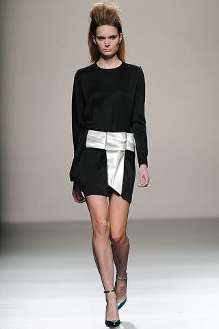 elblogdeanasuero_MBFWM Otoño-Invierno 2013_Miguel Palacio vestido blanco y negro