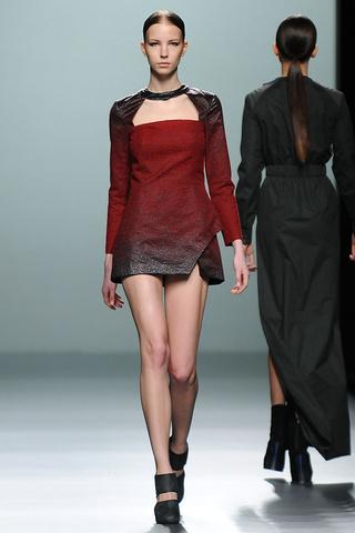 elblogdeanasuero_MBFWM Otoño-Invierno 2013_Rabaneda vestido rojo