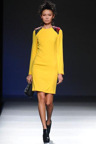 elblogdeanasuero_MBFWM Otoño-Invierno 2013_Sara coleman vestido amarillo