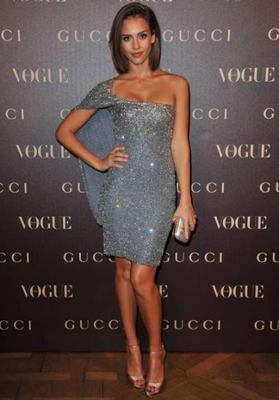 elblogdeanasuero_Estilo de Jessica Alba_Gucci vestido asimétrico paillettes plateado