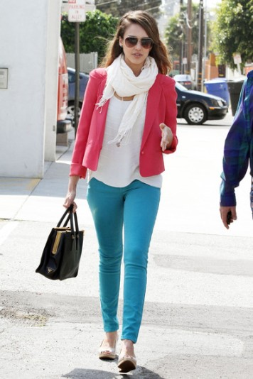 elblogdeanasuero_Estilo de Jessica Alba_Sport colour block pantalones azules