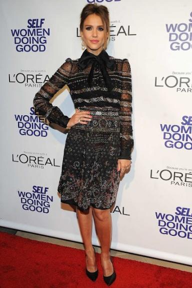 elblogdeanasuero_Estilo de Jessica Alba_Valentino vestido negro delicado con paillettes
