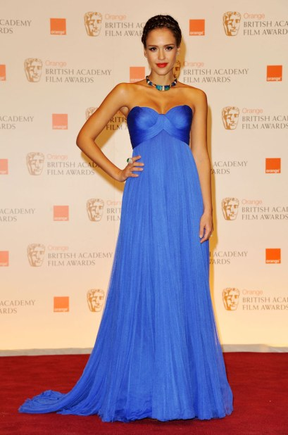 elblogdeanasuero_Estilo de Jessica Alba_Versace vestido azul palabra de honor BAFTA