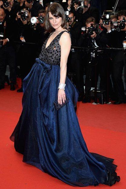 elblogdeanasuero_Cannes 2013_Armani Milla Jovovich vestido volumenes azul y negro