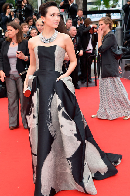 elblogdeanasuero_Cannes 2013_Carolina Herrera Zhang Ziyi negro, blanco y gris