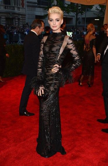 elblogdeanasuero_Gala MET 2013_Anne Hathaway Valentino Alta Costura negro con transparencias