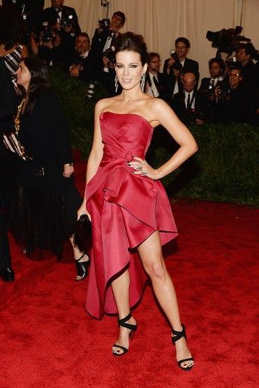 elblogdeanasuero_Gala MET 2013_Kate Beckinsale vestido de falda asimétrica de Alberta Ferretti