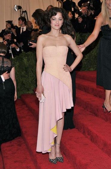 elblogdeanasuero_Gala MET 2013_Marion Cotillard Dior vestido asimétrico