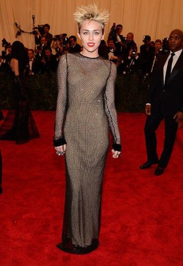 elblogdeanasuero_Gala MET 2013_Miley Cyrus con vestido de rejilla de Marc Jacobs