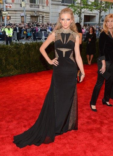 elblogdeanasuero_Gala MET 2013_Taylor Swift vestido negro J Mendel