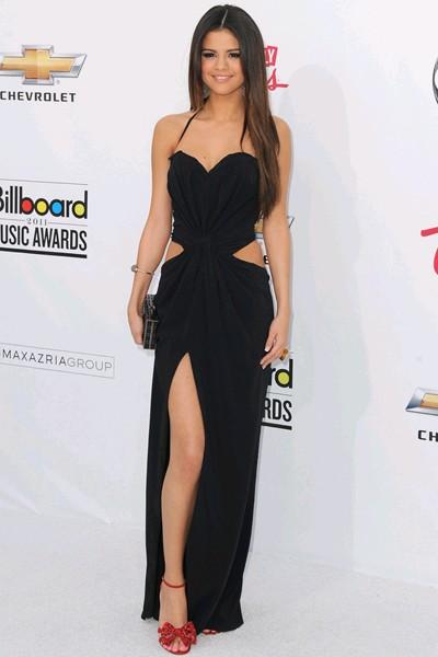 elblogdeanasuero_Vestidos cut out_Selena Gómez Dolce & Gabbana negro