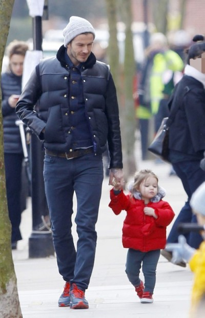 elblogdeanasuero_El estilo de Harper Seven_Plumas rojo Baby Dior y zapatillas