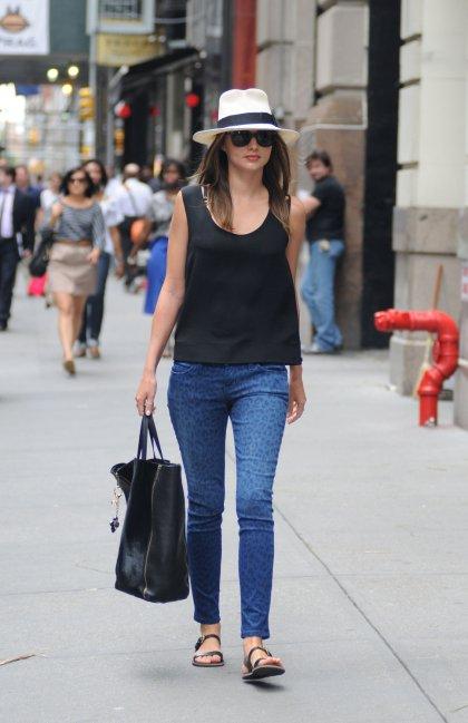 elblogdeanasuero_El estilo de Miranda Kerr_Jeans estampados y sombrero