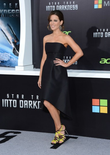 elblogdeanasuero_Little black dress_Kate Beckinsale Alberta Ferretti tail hem