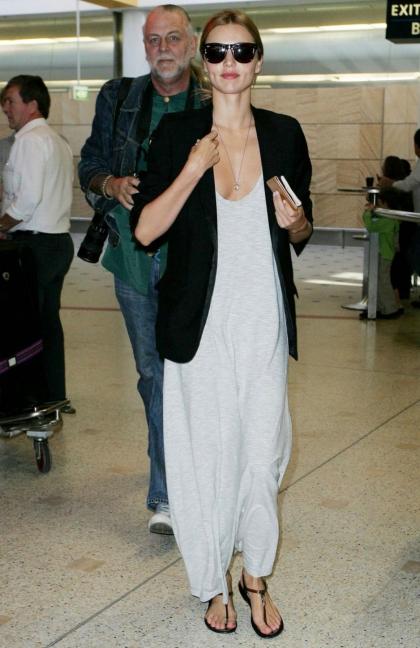 elblogdeanasuero_Blazer negra_Miranda Kerr Maxi vestido y sandalias