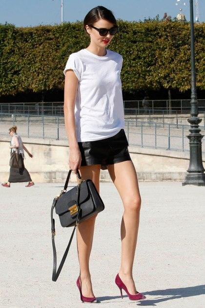 elblogdeanasuero_El estilo de Miranda Kerr_minifalda cuero y camiseta blanca