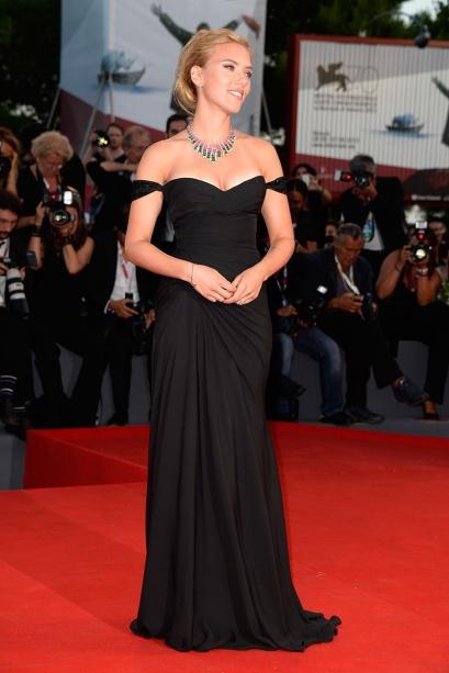 elblogdeanasuero_Festival Cine Venecia 2013_Scarlett Johansson Versace negro