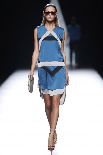 elblogdeanasuero_MBFWM_Ana Locking vestido azul geometría