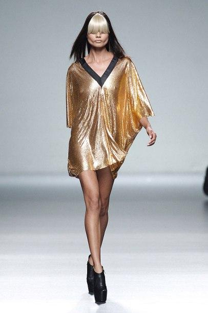 elblogdeanasuero_MBFWM_Carlos Díez túnica dorada