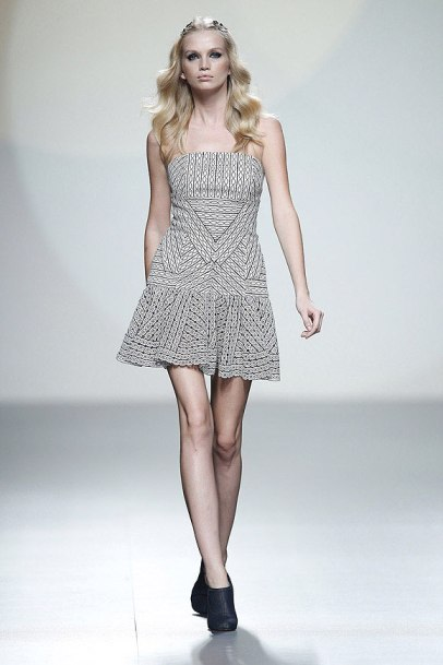 elblogdeanasuero_MBFWM_Teresa Helbig vestido blanco y negro estampado