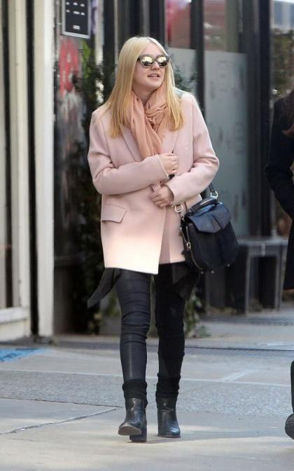elblogdeanasuero_Abrigos rosas_Dakota Fanning