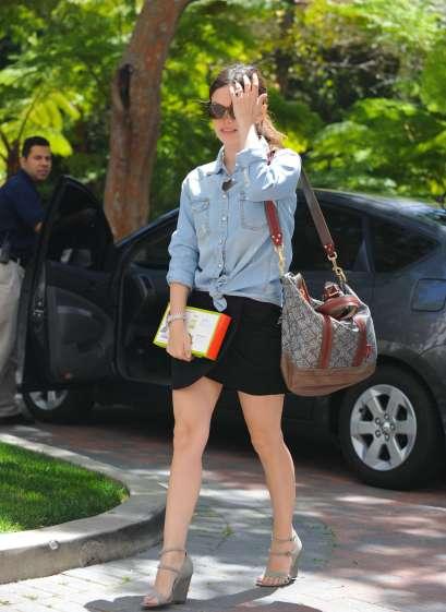 elblogdeanasuero_Camisa vaquera_Rachel Bilson anudada y falda tulipa