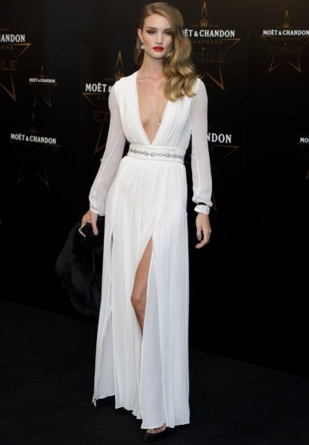 elblogdeanasuero_El estilo de Rosie Huntington Witheley_Burberry blanco escotazo