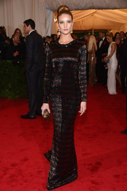 elblogdeanasuero_El estilo de Rosie Huntington Witheley_Burberry paillettes Met Ball 2012