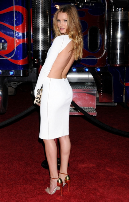 elblogdeanasuero_El estilo de Rosie Huntington Witheley_Max Mara cut out blanco espalda