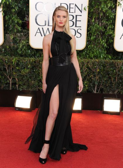 elblogdeanasuero_El estilo de Rosie Huntington Witheley_Saint Laurent negro abertura Golden Globes