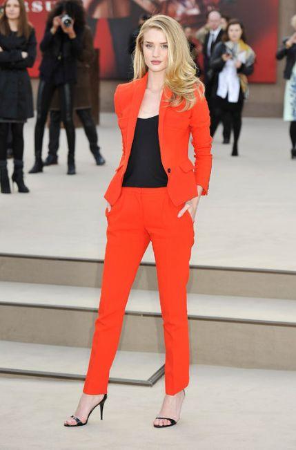 elblogdeanasuero_El estilo de Rosie Huntington Witheley_Traje chaqueta rojo
