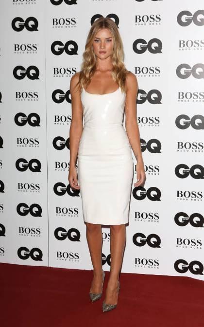 elblogdeanasuero_El estilo de Rosie Huntington Witheley_Versace blanco corto y Louboutin