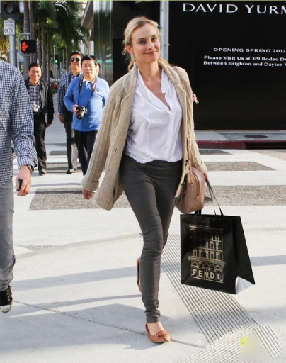 elblogdeanasuero_Fondo de armario Camisa blanca_Diane Kruger look sport