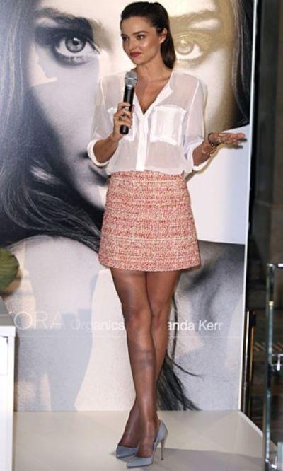 elblogdeanasuero_Fondo de armario Camisa blanca_Miranda Kerr falda tweed