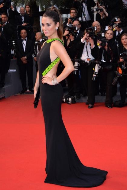 elblogdeanasuero_El estilo de Blanca Suárez_Armani negro y pedrería verde Cannes 2013