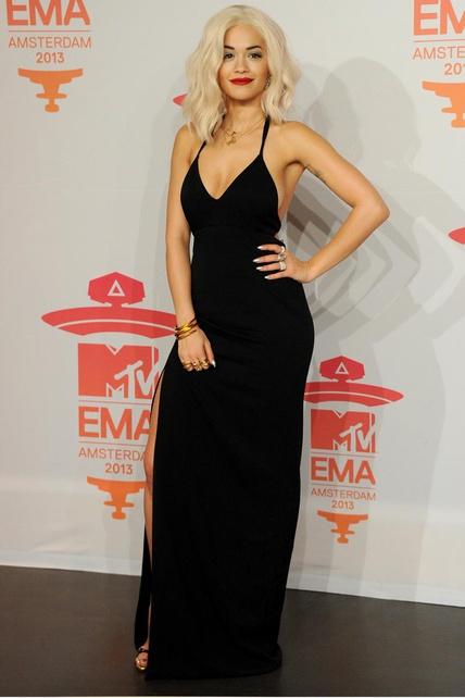 elblogdeanasuero_EMA 2013_Rita Ora vestido negro escotazo