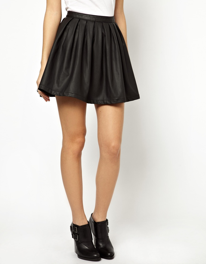 Minifalda negra en la plaza comercial ii - 5 9